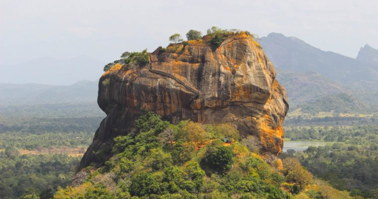 Beklim de Pidurangala Rock en bewonder de Lion Rock in Sigiriya, Sri Lanka