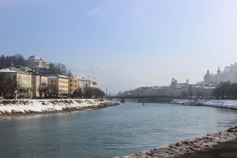Uitzicht op Salzburg vanaf de Salzach