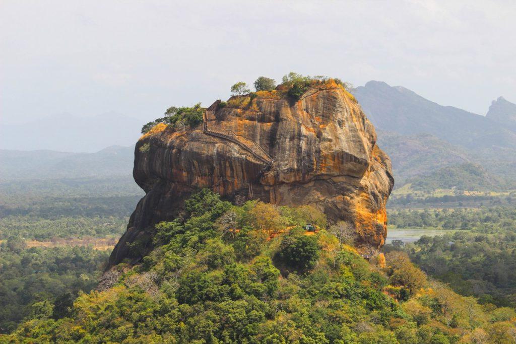 Uitzicht op de Lion Rock vanaf de Pidurangala Rock in Sigiriya